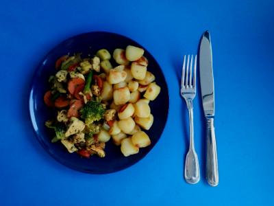 MM - kip met groenten en aardappeltjes geserveerd