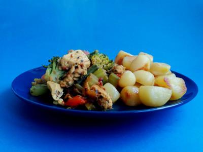 MM - kip met groenten en aardappeltjes op bord