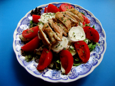salade met kip en geitenkaas geserveerd